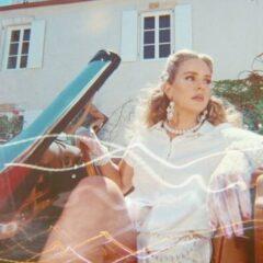 "Lana Del Rey a lansat single-ul ""Chemtrails Over The Country Club si a anuntat lansarea albumului omonim"